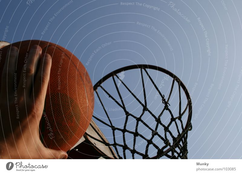 Bahn Frei! Hand Korb Basketballkorb rot kaputt lang berühren Treffer Spielen aufregend springen Ergebnis Ballsport Munky Dunking Himmel blau Netz Schatten