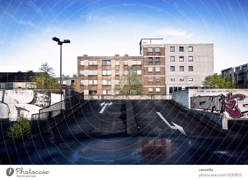 Parkdeck Kunstwerk Jugendkultur Stadt Stadtrand Menschenleer Parkhaus Terrasse Dach Graffiti entdecken hängen Armut blau grau rosa Optimismus Erfolg