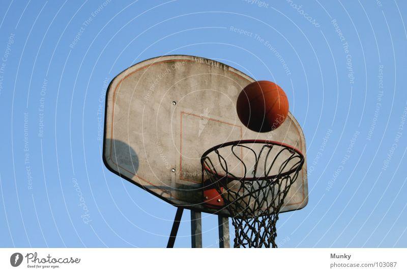 Another Hit (II) Basketballkorb rot springen sprunghaft dreckig berühren Treffer Spielen aufregend Ergebnis Wolken Ballsport Munky Himmel blau Klarheit