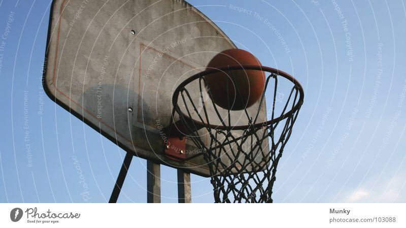 Another Hit (I) Basketballkorb rot springen sprunghaft dreckig berühren Treffer Spielen aufregend Ergebnis Wolken Ballsport Munky Himmel blau Klarheit