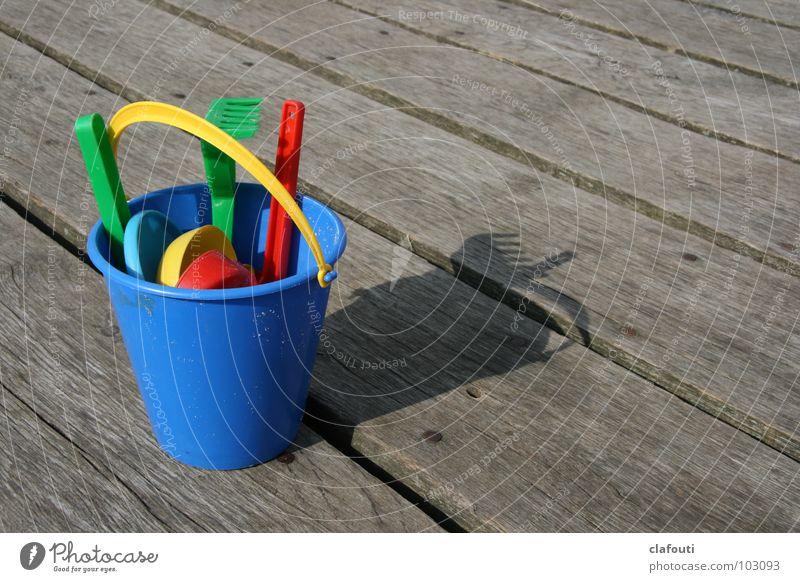 Strandbesteck Sandspielzeug Eimer Schaufel Harke Holzbrett Spielzeug Spielen blauer Eimer grüne Harke Kindereimer Strandspielzeug