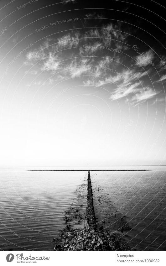 rock groyne in the North Sea I Meer Wellen Landschaft Wasser Himmel Wolken Sommer Küste Nordsee Stein schwarz weiß Buhne Steinbuhne Cirrus Federwoelkchen