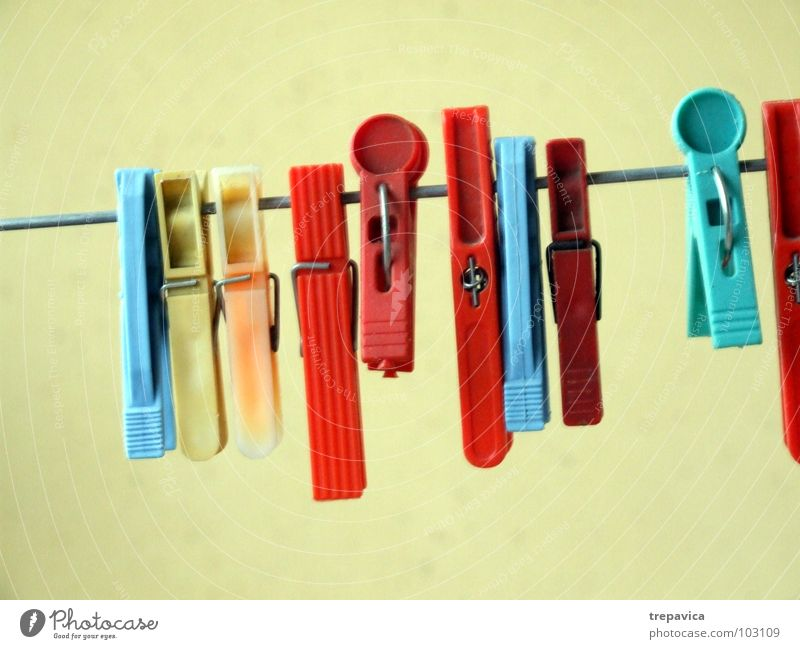 klammern blau rot Haus gelb Farbe Erholung Seil Wäsche trocknen