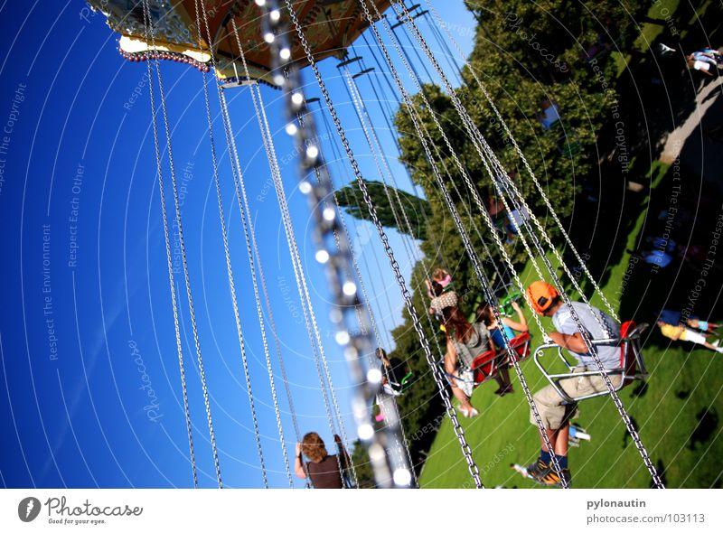Fliegen 1 Jahrmarkt drehen Kind grün Wiese Baum Publikum Spielen Kettenkarusell Karusell Himmel fliegen Kitsch Freude D 80 Sitzgelegenheit blau Schatten