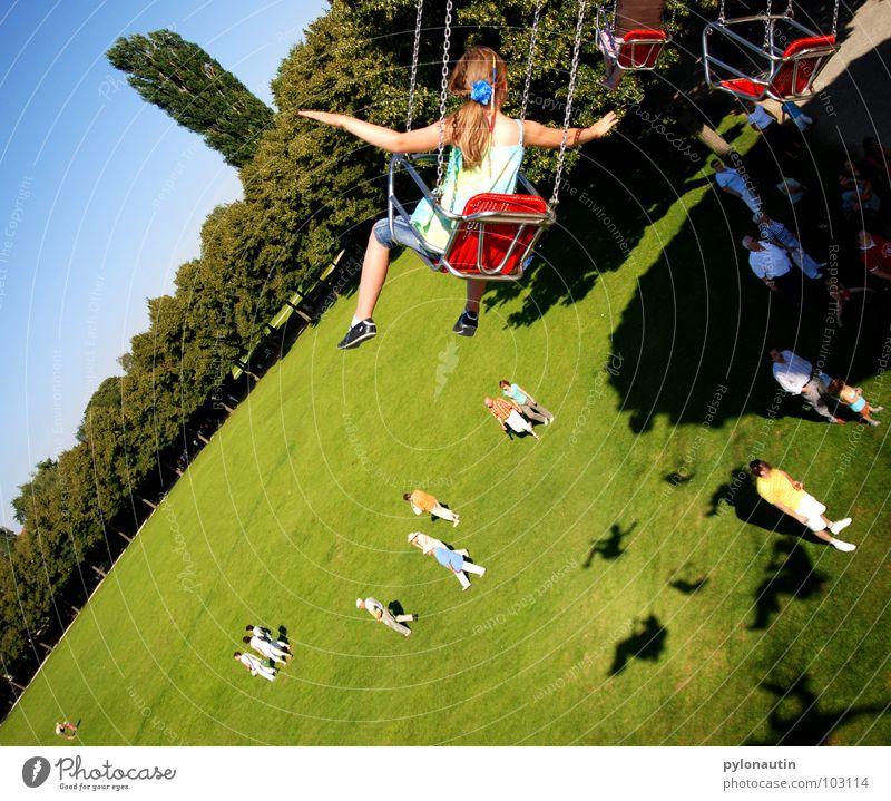 Fliegen 2 Kind Himmel blau grün Baum Freude Wiese Spielen fliegen Kitsch drehen Jahrmarkt Sitzgelegenheit Publikum