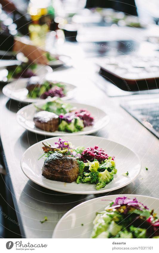 Einsatzzeit Lebensmittel Fleisch Gemüse Salat Salatbeilage Ernährung Essen Mittagessen Abendessen Festessen Geschirr Teller Lifestyle Reichtum elegant Stil