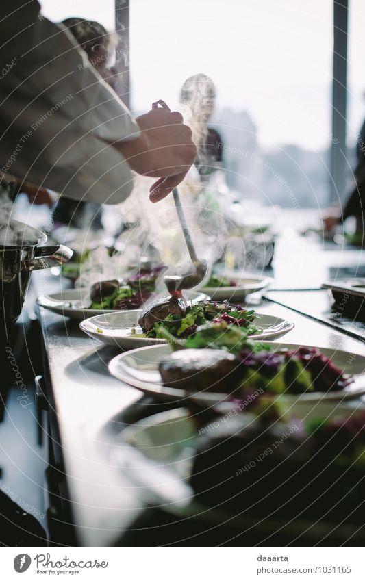Hinzufügen von Souce Lebensmittel Fleisch Gemüse Salat Salatbeilage Ernährung Essen Teller Besteck Lifestyle Reichtum elegant Stil Freude harmonisch