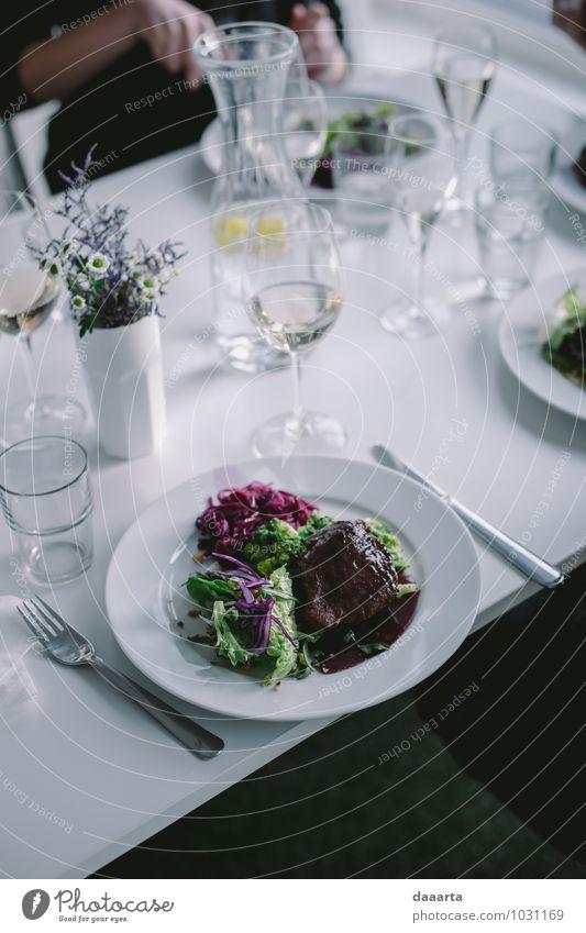 Abendessen Lebensmittel Fleisch Gemüse Salat Salatbeilage Ernährung Essen Getränk Erfrischungsgetränk Wein Teller Besteck Messer Gabel Lifestyle elegant Stil