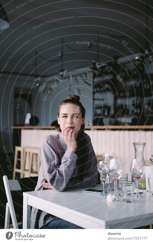 Jugendliche Junge Frau Erholung Freude Leben Gefühle feminin Stil Haare & Frisuren Freiheit Lifestyle wild Freizeit & Hobby elegant Glas Tisch
