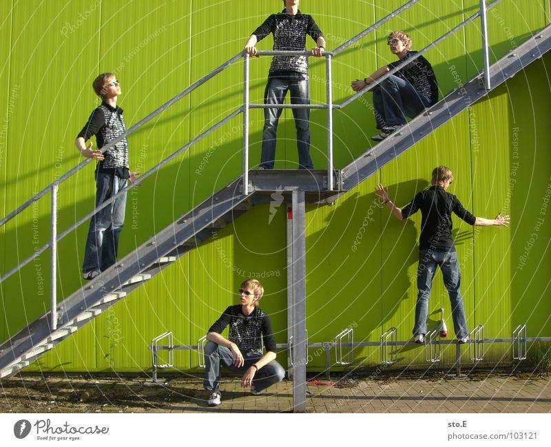 Dissoziative Identitätsstörung 2 Klonen hocken Wand grün Stab hängen festhalten Hoppegarten Körperhaltung Schatten Armband Muster Glätte Mitte gefährlich Mann
