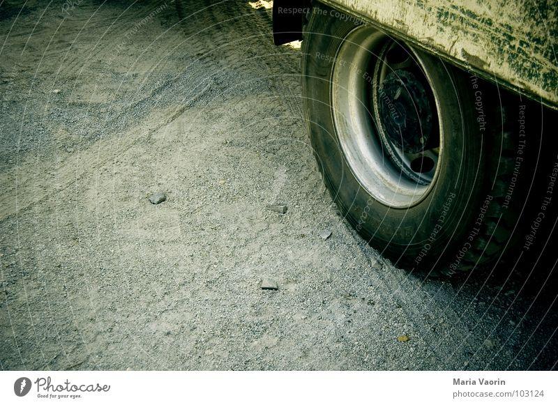 Manchmal fühlt man sich so gerädert Straße PKW Arbeit & Erwerbstätigkeit Verkehr Baustelle Lastwagen Rad Handwerk Fahrzeug Maschine Reifenprofil bauen Bauarbeiter Gummi Straßenbau Arbeiter