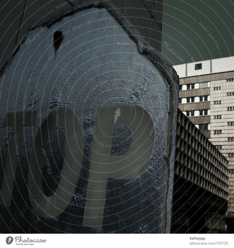 top oder flop? Hochhaus Balkon stoppen Verkehrsschild Lampe Fassade Fenster Wohnanlage Stadt rund Pastellton Beton Etage Selbstmörder Raum Mieter Leben live