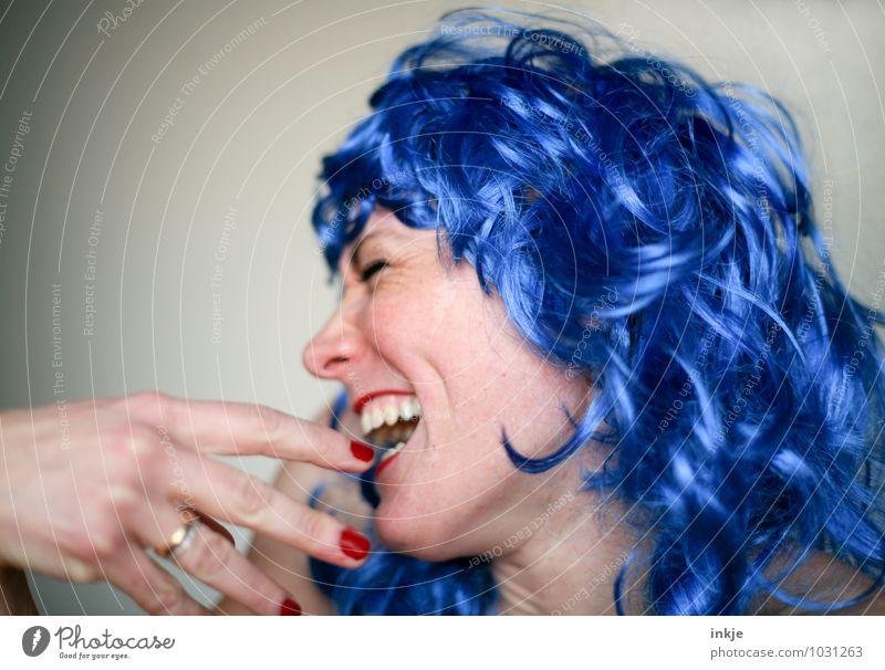 Ach, sag doch nicht sowas! Ich werd ja ganz rot! Mensch Frau blau schön Freude Erwachsene Gesicht Leben Gefühle lustig Haare & Frisuren lachen Feste & Feiern Party Lifestyle Gesichtsausdruck