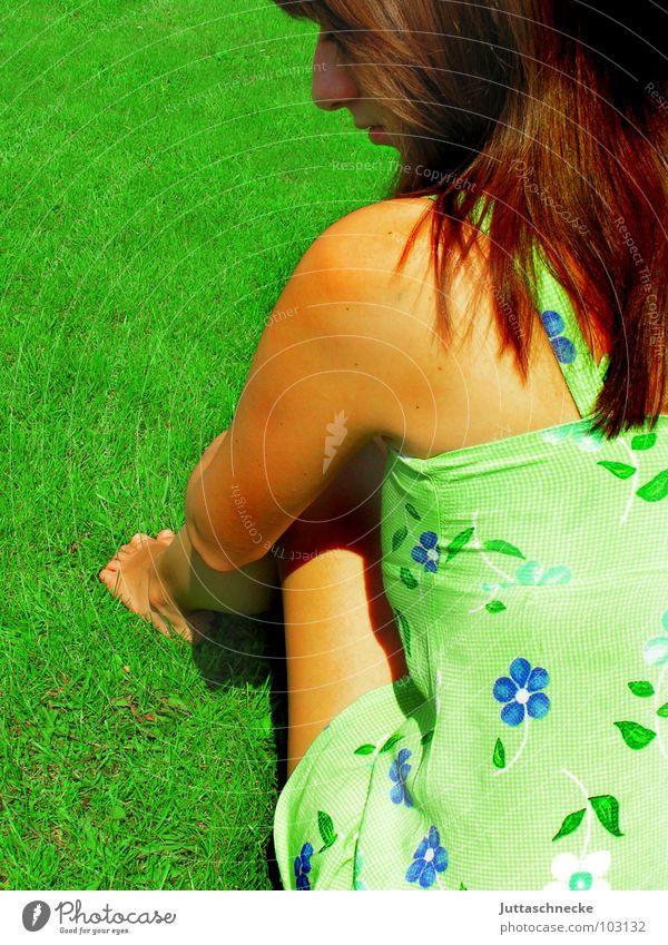 Verträumt Frau Blume grün Sommer Freude Spielen Gras Garten träumen Denken sitzen süß Romantik Frieden Kleid Gedanke