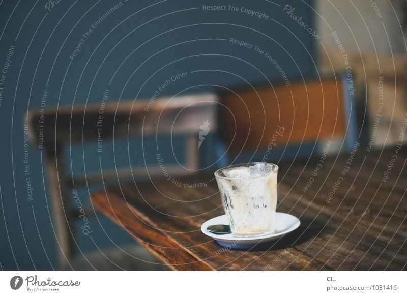 kaffee Kaffeetrinken Getränk Heißgetränk Latte Macchiato Espresso Tasse Löffel Häusliches Leben Wohnung Stuhl Tisch Raum Café genießen lecker blau braun