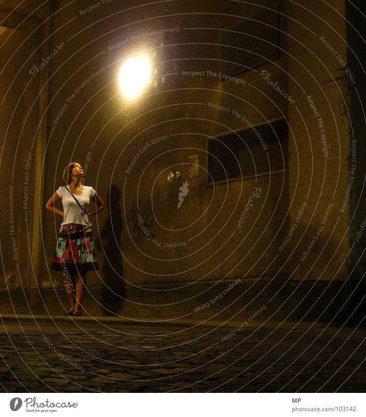 The City Sleeps Frau Straße Lampe Dame Tunnel erleuchten Nacht Durchgang Schlafwandeln Lichtstimmung