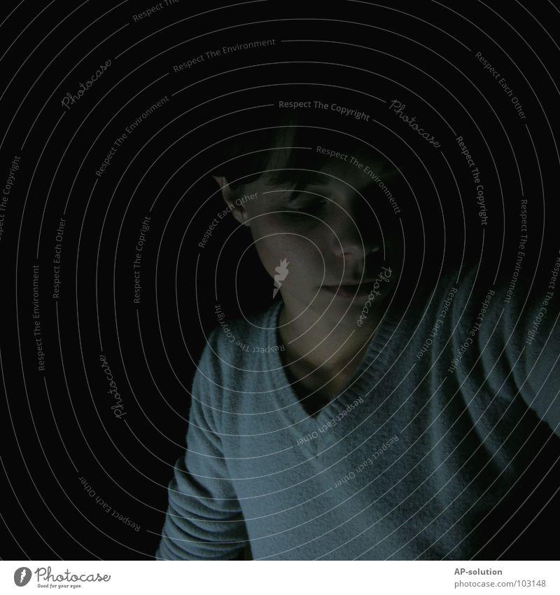 Alone in the dark dunkel Trauer Einsamkeit schwarz grau Porträt Ton-in-Ton Pubertät Jugendliche Gefühle kalt Denken ernst Pullover Verzweiflung Schwarzweißfoto