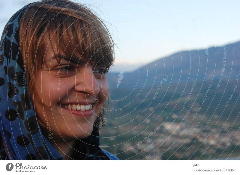 reisende Frau Natur Ferien & Urlaub & Reisen Sommer Landschaft Erwachsene Berge u. Gebirge feminin Glück Freiheit Zufriedenheit wandern Fröhlichkeit Ausflug Lächeln genießen