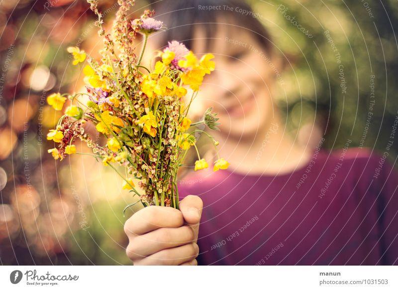 nimm! Mensch Kind Jugendliche Hand Blume Leben Liebe natürlich Junge Glück Freundschaft Familie & Verwandtschaft Geburtstag Kindheit Fröhlichkeit Lächeln