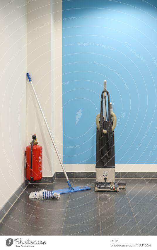 Vorhang auf Arbeitsplatz Staubsauger Staubwedel Feuerlöscher blau Ordnungsliebe Reinlichkeit Sauberkeit Reinheit Reinigen Farbfoto Innenaufnahme Menschenleer