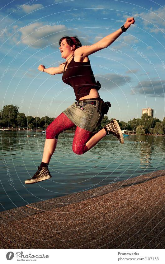sprunghaft. springen hüpfen befreien Fröhlichkeit Flucht Frau feminin entkommen Zukunft Mut Neuland Neuanfang Schweben See Hoffnung Luft Kraft Freiheit lustig