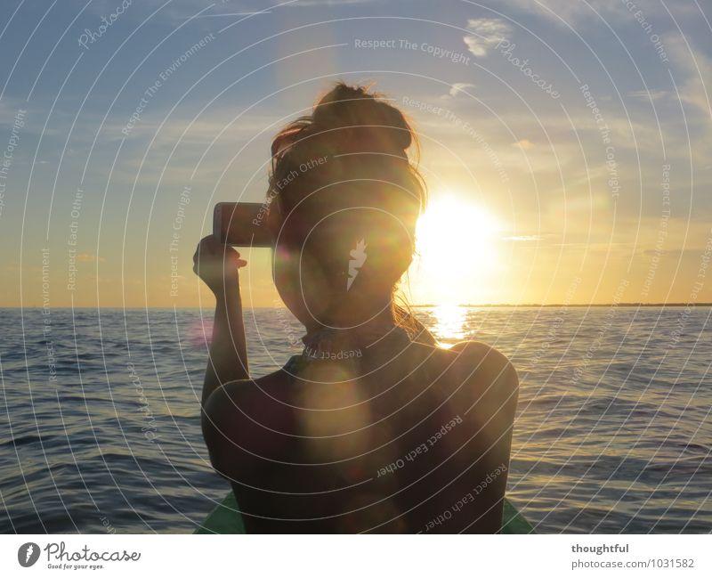 Fang die Sonne ein Mensch Frau Himmel Ferien & Urlaub & Reisen Jugendliche Wasser Junge Frau Meer Wolken 18-30 Jahre Ferne Erwachsene feminin Freiheit Horizont
