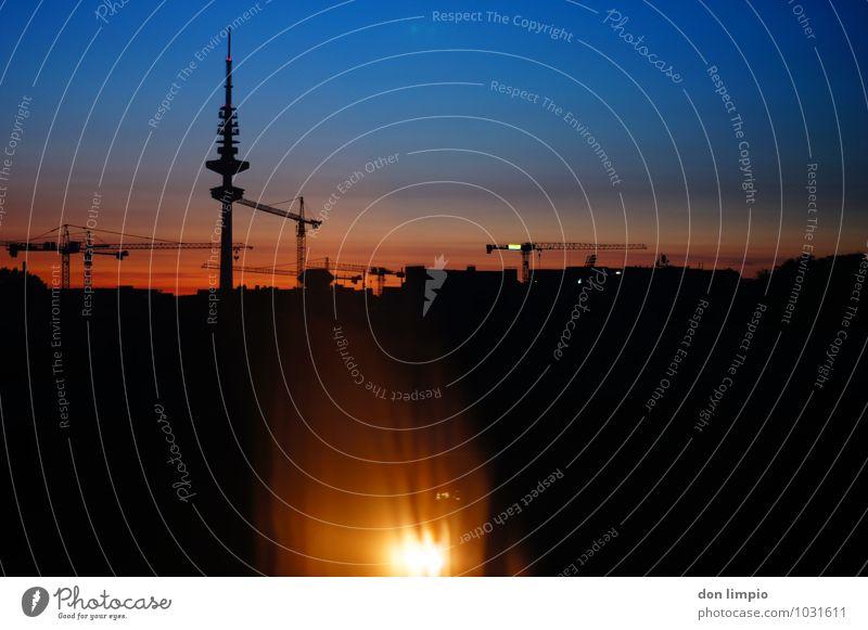 guten morgen sonnenuntergang Stadt Haus Ferne dunkel Stimmung oben Horizont Zukunft Schönes Wetter Turm Hamburg Baustelle Wolkenloser Himmel Wahrzeichen