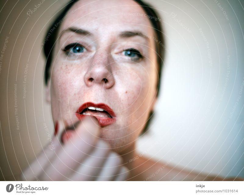 alles nur Theater Lifestyle Stil schön Gesicht Schminke Lippenstift Frau Erwachsene Leben 1 Mensch 30-45 Jahre Schauspieler Blick retro feminin rot Gefühle