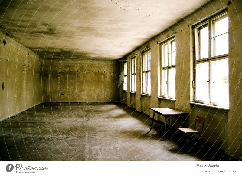 Nachsitzen alt Einsamkeit dunkel kalt Fenster Raum Tisch leer trist Bank Stuhl Vergänglichkeit Innenarchitektur verfallen Möbel