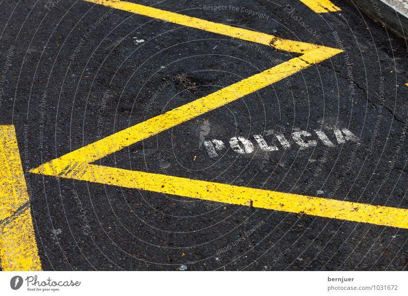Policia Stadt Platz Verkehr Straße PKW Linie gelb schwarz weiß Spanisch Polizei Parkplatz Asphalt vorbehalten Raum Schrift Zickzack policia reserviert