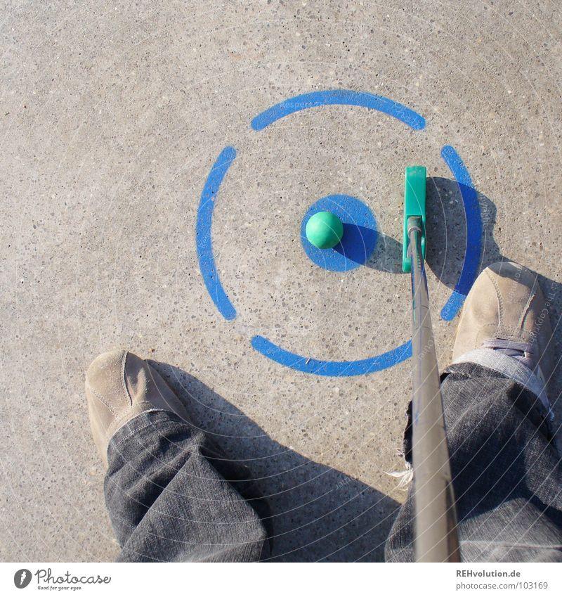 gut gezielt ist halb versenkt! blau Sommer Freude Spielen grau Schuhe Freizeit & Hobby Schilder & Markierungen Beton Erfolg stehen Ecke rund Ball schreiben Punkt