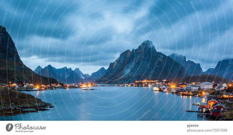 Reine / Norwegen Natur Ferien & Urlaub & Reisen blau Wasser Landschaft Wolken Haus dunkel Berge u. Gebirge gelb Herbst Felsen Wind Abenteuer Seeufer Hafen