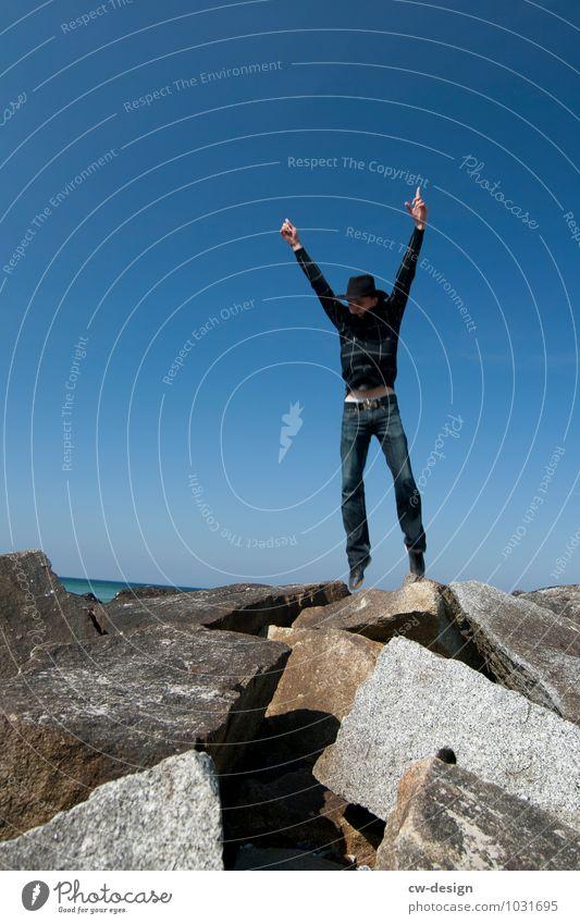 996 Freudensprünge Mensch Jugendliche 18-30 Jahre Erwachsene Leben Gefühle Küste Lifestyle Spielen Glück Felsen springen maskulin Freizeit & Hobby Erfolg