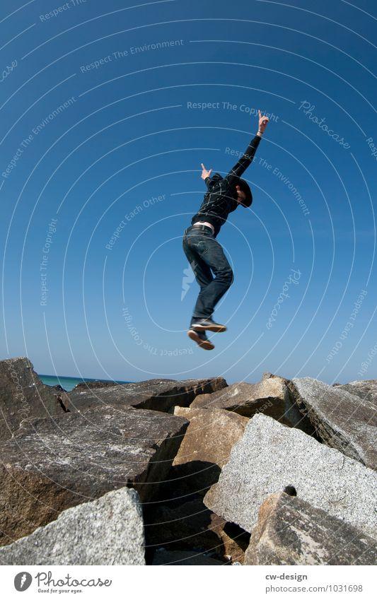 Seeluft zum Abheben Mensch Natur Jugendliche Mann Junger Mann Freude 18-30 Jahre Erwachsene Leben Bewegung Küste Lifestyle Glück springen maskulin