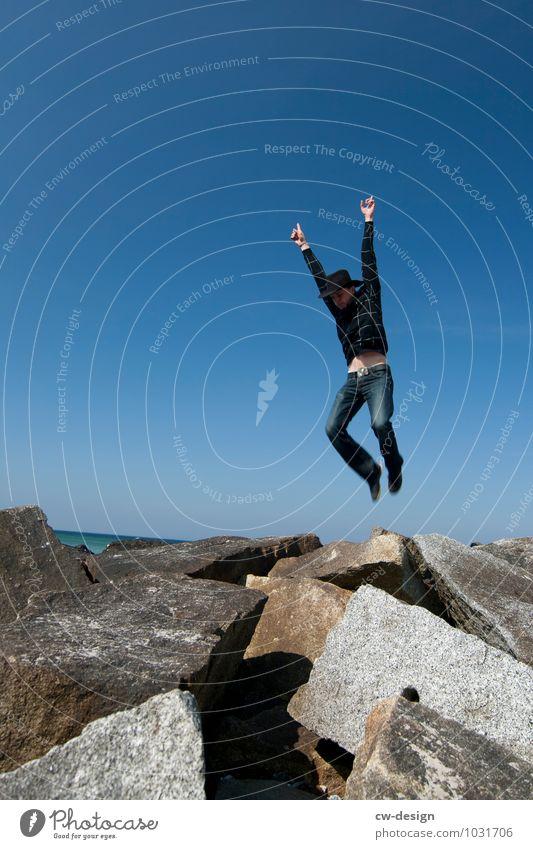 Jippie, Wochenende! Mensch Jugendliche Mann Freude Junger Mann 18-30 Jahre Erwachsene Leben Bewegung Stil Glück Freiheit fliegen springen Lifestyle maskulin