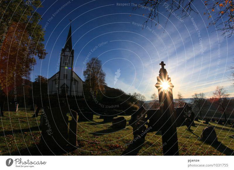 Heiligenschein Zufriedenheit Ferien & Urlaub & Reisen Architektur Landschaft Wolkenloser Himmel Sonnenlicht Herbst Baum Gras Hügel Fischerdorf Kirche Dom