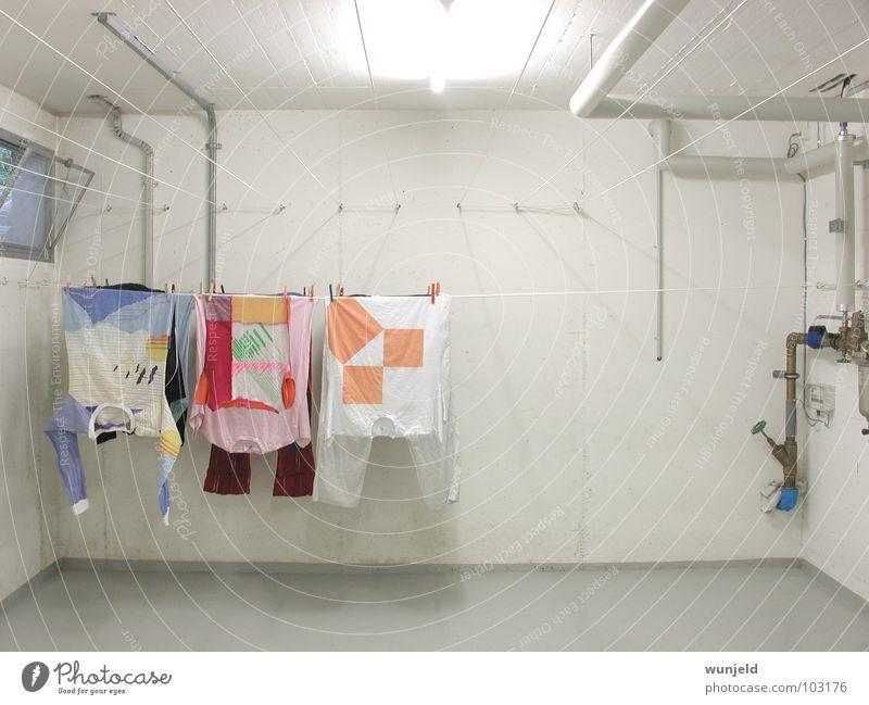 Wäscheleine weiß Raum Architektur Beton T-Shirt Kleid Haushalt Keller Wäscheklammern Waschhaus