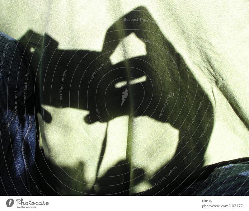 Nosferatuism Licht Schatten Fotokamera Hand Finger Jeanshose authentisch gruselig geheimnisvoll Rätsel Faltenwurf Schattenspiel Hardcore Haushalt Auslöser