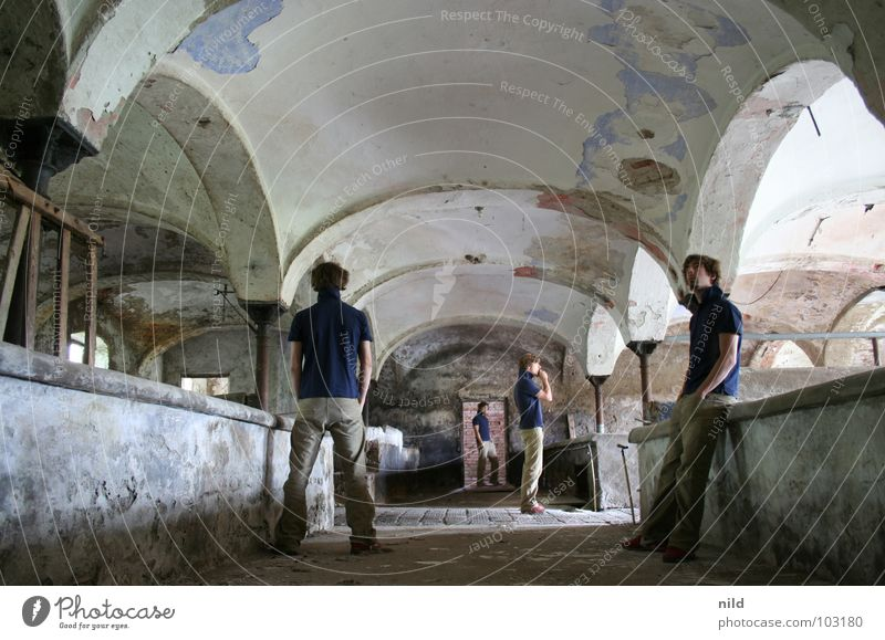 multiply Mann alt Einsamkeit Mauer Gebäude Raum Perspektive mehrere verfallen Alkoholisiert historisch Mathematik heilig Säule Schutz