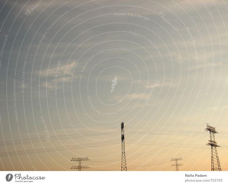 Mastanlage Elektrizität Strommast Sonnenuntergang Ferne Stromtransport Industrie Energiewirtschaft