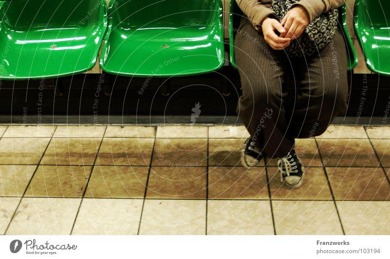 Stirnregen. Frau grün Ferien & Urlaub & Reisen Einsamkeit Denken Beine warten Finger sitzen leer Platz Bank Stuhl Fliesen u. Kacheln U-Bahn Chucks