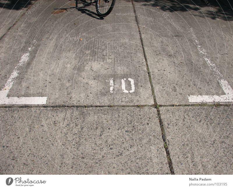 Fahrradparkplatz Schönes Wetter Verkehrswege Beton Ziffern & Zahlen frei grau zurückhalten Hoffnung 10 Autostellplatz Farbfoto Außenaufnahme Textfreiraum unten