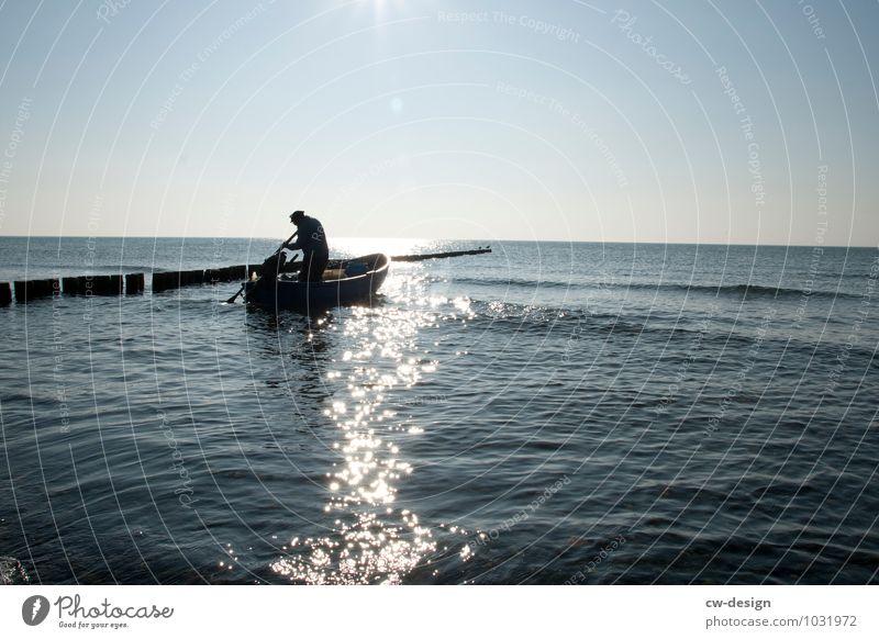 Wasserzeichen | Der Fischer Mensch Mann blau ruhig Erwachsene Leben Senior Küste Freiheit maskulin Freizeit & Hobby Idylle Wellen 60 und älter 45-60 Jahre