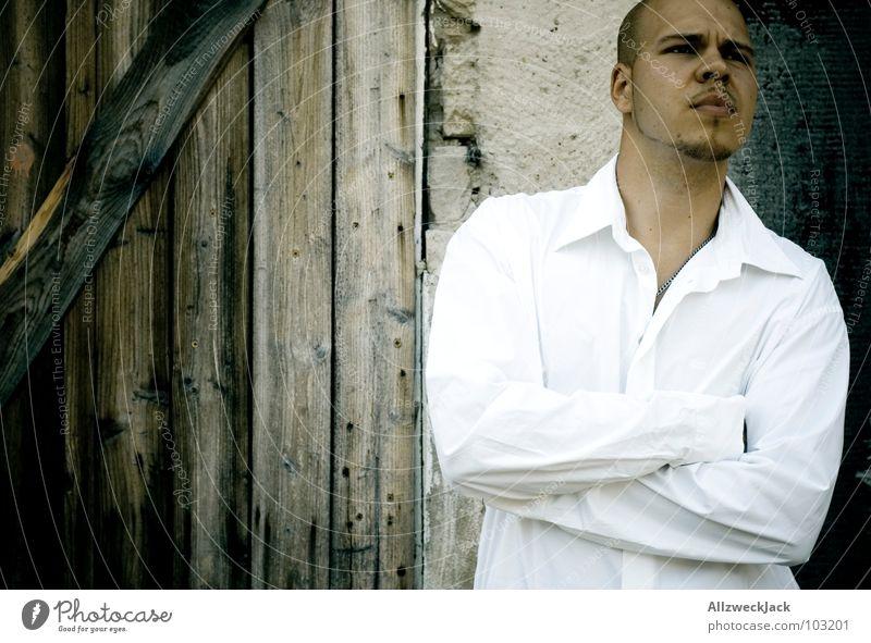 Poser Mann stehen Holz Porträt kurzhaarig Hemd weiß ruhig beleidigt stur In sich gekehrt geschlossen Knoten Konzentration Macht Arme verschränken introvertiert