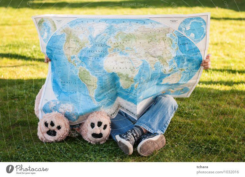 Reisende Ferien & Urlaub & Reisen Ausflug Kind Freundschaft Kindheit Fuß Gras Jeanshose Turnschuh Pfote Spielzeug Teddybär Globus grün Abenteuer Bär Bein Led's