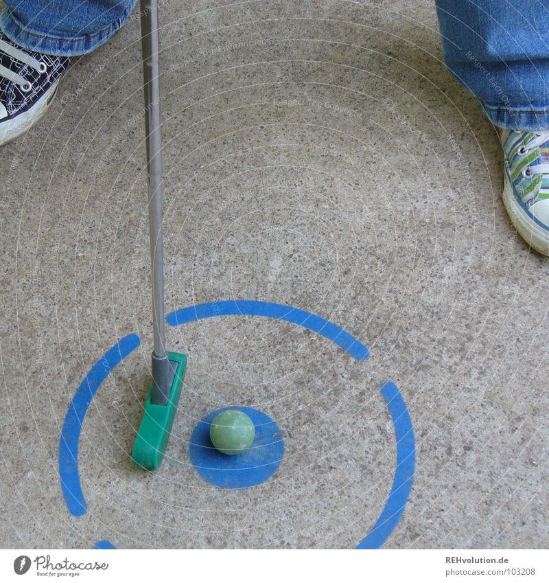 höchste Konzentration! blau Sommer Freude Spielen grau Freizeit & Hobby Schilder & Markierungen Beton Erfolg stehen Ecke rund Ball Jeanshose schreiben Punkt