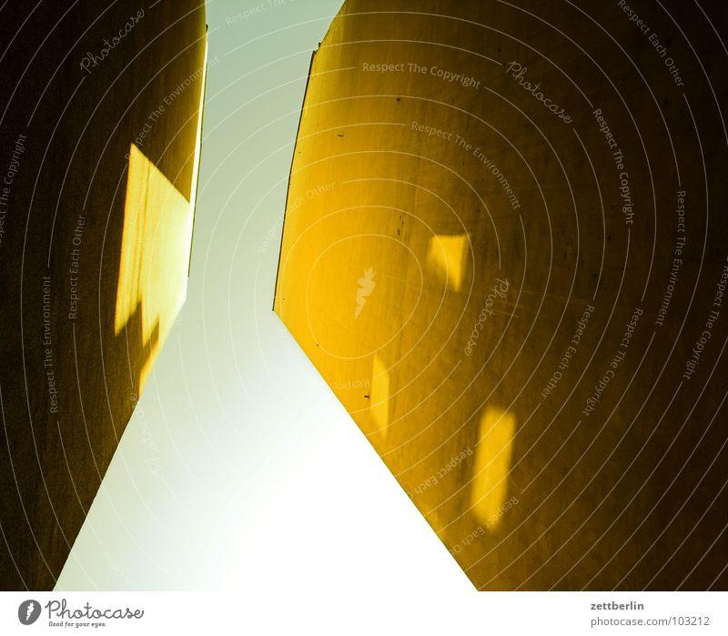 Hinterhof {m} = backyard Haus Stadthaus Mieter Vermieter Etage Fenster Froschperspektive Wohnung Besitz Singlewohnung Detailaufnahme Himmel hinterhaus Bauernhof