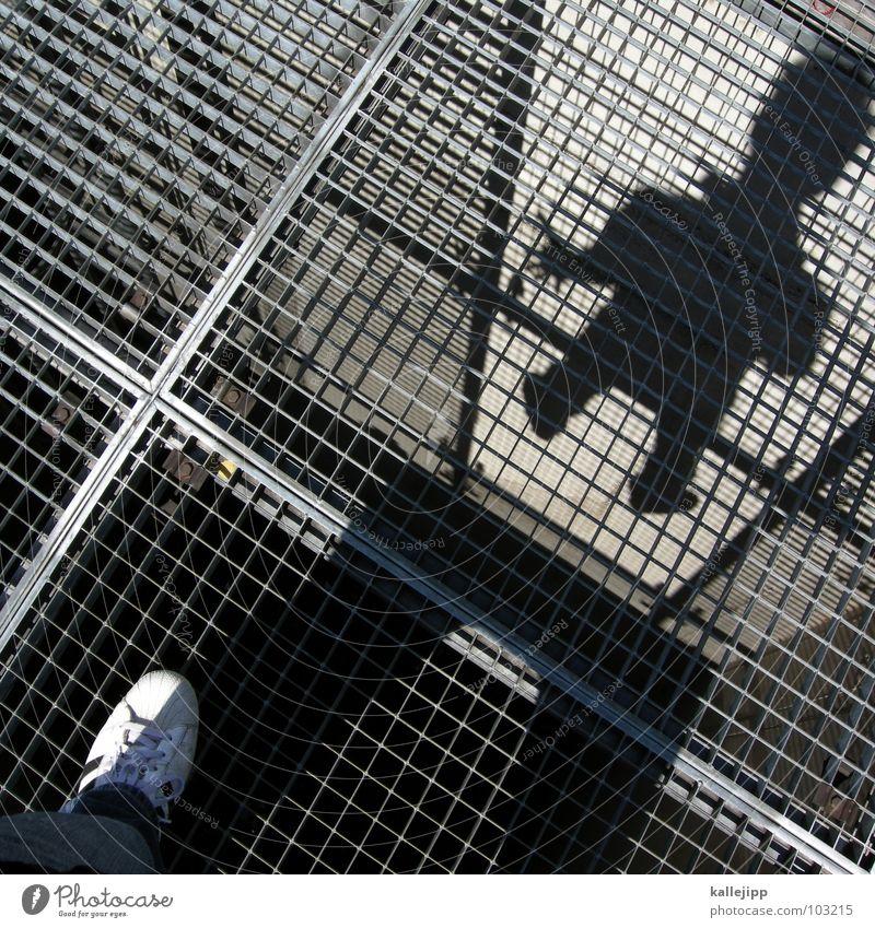 rasterman Gitter Gully Schacht Haftstrafe Dieb Straftäter Alcatraz Schweben Schuhe Turnschuh Mann Quadrat Raster Fahndung Silhouette Selbstportrait Mensch Rost
