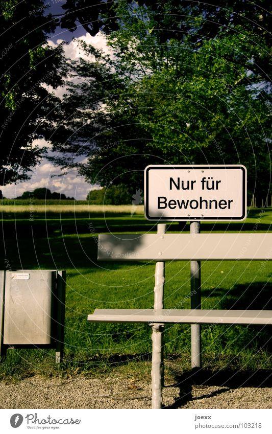 Stehen bleiben! Baum Sommer Wiese Gras Garten Wege & Pfade Park Schilder & Markierungen sitzen Pause Bank stehen Hinweisschild Verbote Müllbehälter ruhen