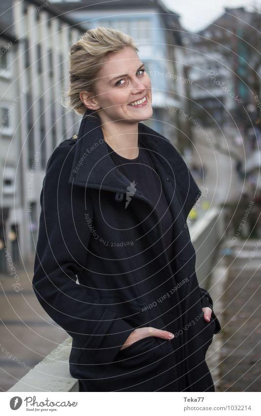 Stadtfrau II Lifestyle elegant Stil Winter Mensch feminin Frau Erwachsene 1 18-30 Jahre Jugendliche Kleinstadt Hauptstadt Mode blond positiv ästhetisch